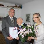 Damals noch amtierender Kreistagspräsident Burkard E. Tiemann, Heinz Oertel und Tochter Gisela