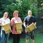 Neele Holthausen (li.) überreichte die Fledermauskästen an Monika Hutny und Sohn Tobias