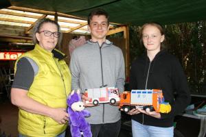 Helga Ketseridis (von links) und ihre Kinder Marten und Jana trennten sich von ihrem Playmobil-Fuhrpark.