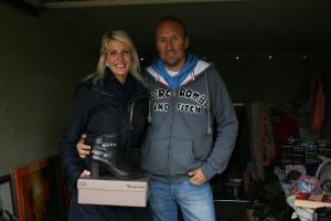 Miriam Claussen (links) und Dirk Liedke hatten ihre Garage in eine kleine Boutique mit Schuhen und Second-Hand-Kleidung verwandelt.