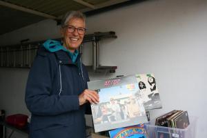 Mit alten Vinyl-Schätzen lockte Roswitha Cornelius Nostalgiefans in ihre Garage.