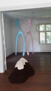 Installationen, Bildhauerei und Malerei sind in der Galerie zu sehen.