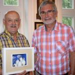 Künstler Harald Schwarzlose (links) und Joachim Czolbe vom Heimatverein Bönningstedt begleiteten die Ausstellung im Alten Rektorhaus.