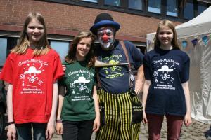 Clown Mücke (3. von links) und sein Team unterhielten die kleinen Gäste mit Akrobatik und Späßen.
