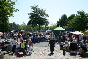 Wie ein Wimmelbild wirkte der belebte Flohmarkt auf dem Parkplatz vor dem Rathaus.