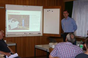 Eike Hendrik Jahn informierte mit einer Präsentation über E-Mobilität.