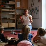 Anett Große übte mit den Kita-Kindern ganz praktische Entspannungstechniken für den Alltag.