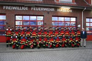Passt nicht nur gut zu den Löschfahrzeugen, sondern ist auch hochfunktional: Die neue Uniform der Freiwilligen Feuerwehr Hasloh.
