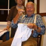 Hedwig Dethlefsen (Christa Fenzl, links) ist nicht begeistert von der Stickleidenschaft ihres Mannes Heinrich (Horst Grapp).
