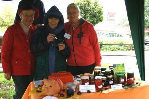 Die Mitglieder des Heimatvereins verkauften selbstgekochte Marmeladen und selbst hergestellte Ringelblumensalbe.