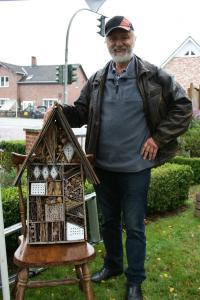 Siegfried Mix stellt Insektenhotels her. Zur Pflanzenbörse hatte er ein paar seine Bauten mitgebracht.