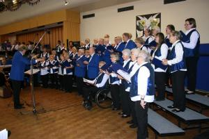 Ein buntes Programm hatten die Sängerinnen und Sänger und Leitung von Martin Ziemsky zusammengestellt.