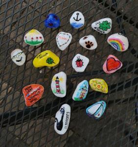 Mal bunt, mal witzig, mal detailverliebt: Die Steine von Frank Beielstein sind allesamt Einzelstücke.