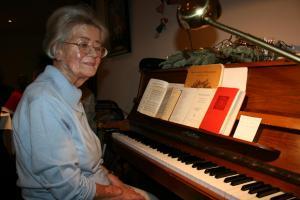 Erika Gentz begleitete das Weihnachtsliedersingen am Klavier.
