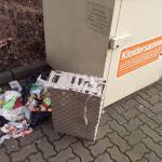 Eine Anwohnerin machte auf illegal entsorgte Essensreste auf dem Parkplatz Am Markt in Bönningstedt aufmerksam.